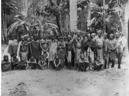 Tropenmuseum_Royal_Tropical_Institute_Objectnumber_60008905_Een_groep_Arowakken_en_Karaiben_in_fe
