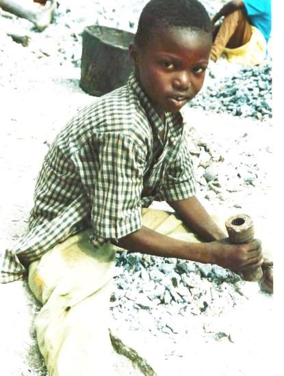 Schuldslaaf in een steengroeve bij Ouagadougu, Burkina Faso (Kristoffel Lieten, 2004)
